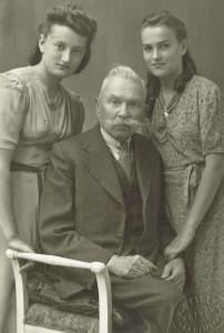 Od lewej: Przybrana córka Józefa Adamskiego Helena Adamska, Józef Adamski, Michalina Gramatyka, Kraków 1941, wł. Witold Lewartowski.